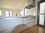 対面式キッチンにより、リビングの広さがいっそう際立ちます。