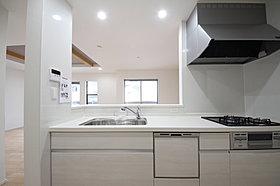 白で統一された清潔感溢れるキッチンスペース。
