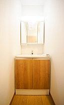 洗面台には三面鏡を採用