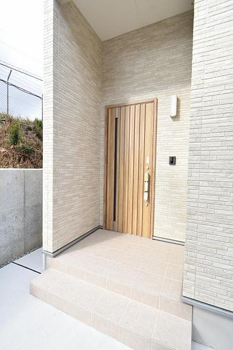 【現地】玄関・ポーチ部分は高級感溢れる洋風タイル張り