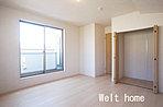 洋室1 南バルコニーに面した8.5帖の主寝室♪お布団干しもラクラク♪