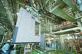 大型機械と熟練工による、高精度な作業