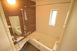 一日の疲れを癒すバスルーム。浴室乾燥機が備え付けられている為、雨の日の洗濯干し場としても重宝されます。,4LDK,面積95.17~97.20m2,価格3,480万円,JR南武線「西国立」駅 徒歩18分,,東京都国立市青柳3丁目