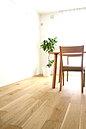 床材には滑らかな仕上がりでオイル塗装のようなしっとりとやさしい仕上がり醸すイクタのラスティックフロアを採用。お手入れも簡単です。