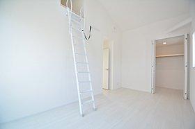 勾配天井、ロフトのある主寝室