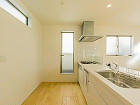 明るい自然光が入るキッチン作業スペースを多くとった壁付けキッ