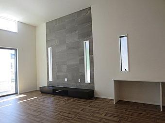 天井高4mのリビングダイニング(床暖房付)は開放感ある家族団らんの憩いスペース。