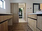 キッチンから洗面・浴室への家事動線はお子様にも目配りできるようなレイアウトに。