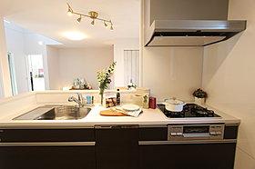 対面式のカウンターキッチンを採用(5号地モデルハウス)