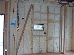 断熱材は吹付け断熱を採用しています。現場にて作業し、隙間なく断熱をします。