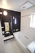 窓付きの明るいバスルーム
