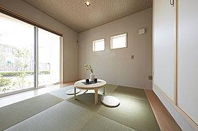 柔かな光が注ぎ込む客室としても利用できる和室