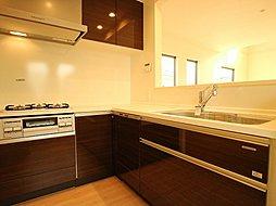 キッチンはリビングダイニングを見渡せるオープンタイプの対面キッチン。家事が捗るように動線を意識した間取りです。