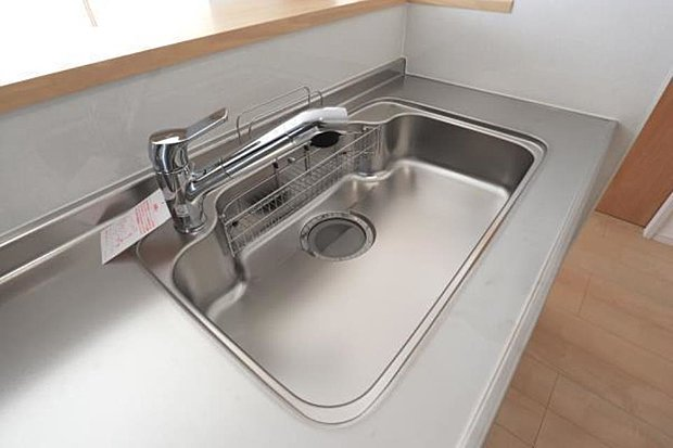 【キッチン大型シンク・浄水器一体型水栓】大きなお鍋やフライパンも洗える使い勝手の良い大型シンク。浄水器一体型水栓で水も見た目もスッキリきれい。