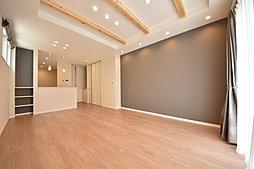 壁面をアクセントクロスで仕上げ、化粧梁や間接照明がスタイリッシュな空間を演出する18.0帖LDK。玄関と直接繋がった間取りは家族の帰宅や外出がすぐわかり安心です。(T-4)