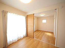 和室の間仕切りを外すことで24.0帖の広さを確保できる明るいLDK。いつでも家族の息遣いを感じることができる安らぎ空間です。(T-1)