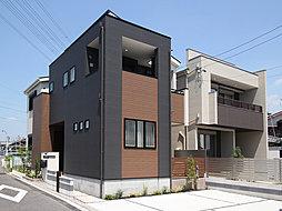 日当たり良好な角地の邸宅。重厚なダークカラーをアクセントにしたスタイリッシュなフォルム。都会的な印象与える外観デザインです。(T-1)