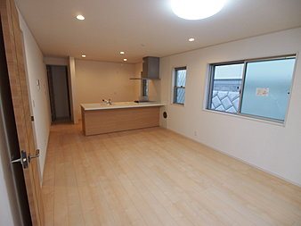 先の2件の床材の中間のような色合いで、落ち着きのある床材です。扉も同系統でまとめることによる統一感が、コーディネートのテーマです。