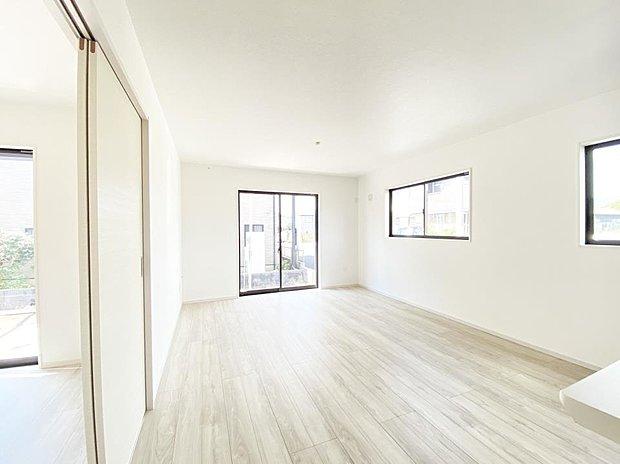 ■リビング 全室フローリング&全居室6帖以上!明るく開放的な1棟です!お気軽にお問合せ下さい♪
