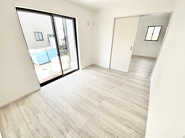 【洋室】■1階洋室 リビングとつながった洋室♪リビングからと一階ホールからの、2方向から出入りが可能です(*^^*)収納力もバッチリ確保しています♪
