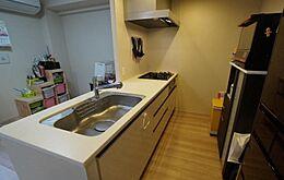 魚焼きグリル付システムキッチン3口コンロでお料理も捗ります