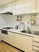 収納豊富で、使い勝手のよさそうなキッチンです。