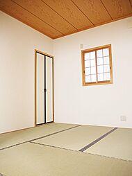 畳・障子張替済できれいな和室。4.5帖と広々としており客間としても利用可能。
