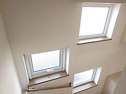 階段ホールの明...