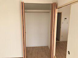 洋室にクローゼット、和室に押入れとファミリー向けならではの収納力