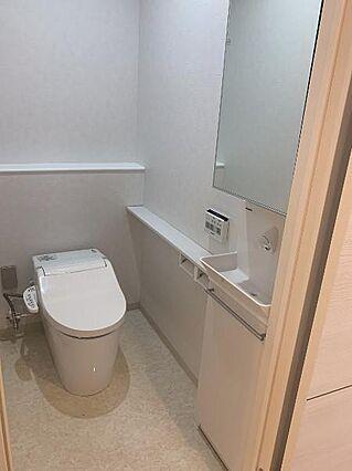 トイレは広く、...