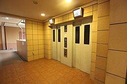共有部のエレベーターです。二つございますので、急ぎの時など便利ですね。