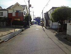 北側道路です。前面道路も約6Mあるので、お車の出し入れもらくらくです