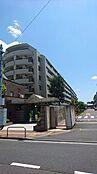 外観 1994年11月竣工で総戸数114戸の「久我山南ハイム」は北側と南側が公道に面しており、全戸東向きのマンションです。京王井の頭線「久我山」駅徒歩10分の立地で緑も多くとても静かな住環境です。