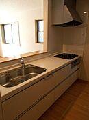 大容量の収納を備えたシステムキッチン。床下収納庫も完備。