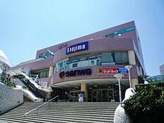 駅にはスーパー三和をはじめ飲食店やカラオケ,ジム等がございます