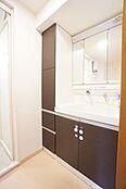 3面鏡裏収納付の洗面化粧台です。横にも収納がありタオルや化粧品等も収納できます。