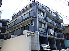 外観を別角度から。2009年にマンション全体の大規模修繕も行われており、外壁は大変綺麗な状態です。