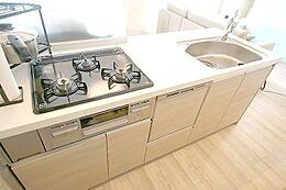 システムキッチンは使いやすい3口コンロ。浄水器、食洗機つき
