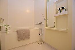 バスルームは毎日のお風呂に経済的な追い焚き機能付です。
