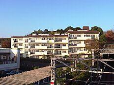 建物外観/南雛壇の高台にある低層マンション南側は玉川高島屋・S.C.ガーデンアイランドの駐車場のため陽当り良好