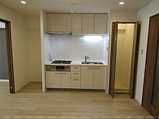 洗濯機置き場はキッチン横に扉付のスペースです