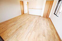 室内の大半を占めるフローリングには自然素材である天然無垢材を取り入れました。紫外線の吸収、音の緩和、天然香など、五感に優しい癒やしを与えてくれます。