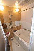 追い炊き機能付きでいつでも温かい湯船に浸かれる浴室。広々とした空間で、1日の疲れを取りましょう