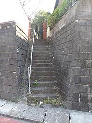 住宅へ続く階段...