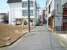 北側前面道路含む現地外観:平成30年3月31日撮影