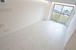 光溢れる洋室部分。 白を基調とした室内で、更に明るく感じることができます