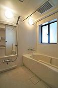 窓のある一坪サイズのバスルーム