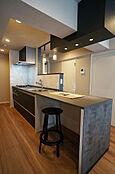 システムキッチン(新規交換済み)/オープンキッチンを採用し、広々とした空間となっています