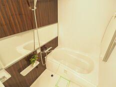 追い炊き機能付きでいつでも温かい湯船に浸かれる浴室は広々とした空間ですね