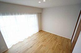 南面バルコニーに面した明るい洋室です。オーソドックスな形の部屋なので家具配置も自由自在。